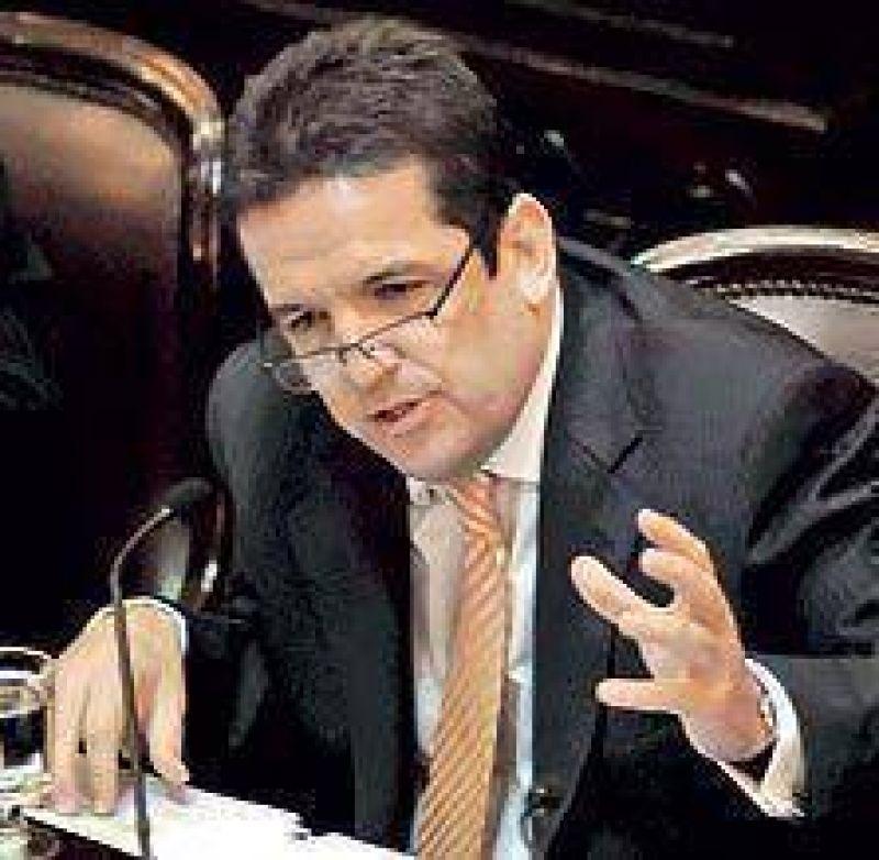 Acusan a un senador K de presionar a la Anses para pagar subsidios truchos
