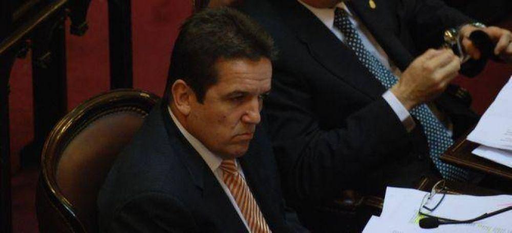 Un senador k acusado de repartir subsidios truchos, complica a Bossio