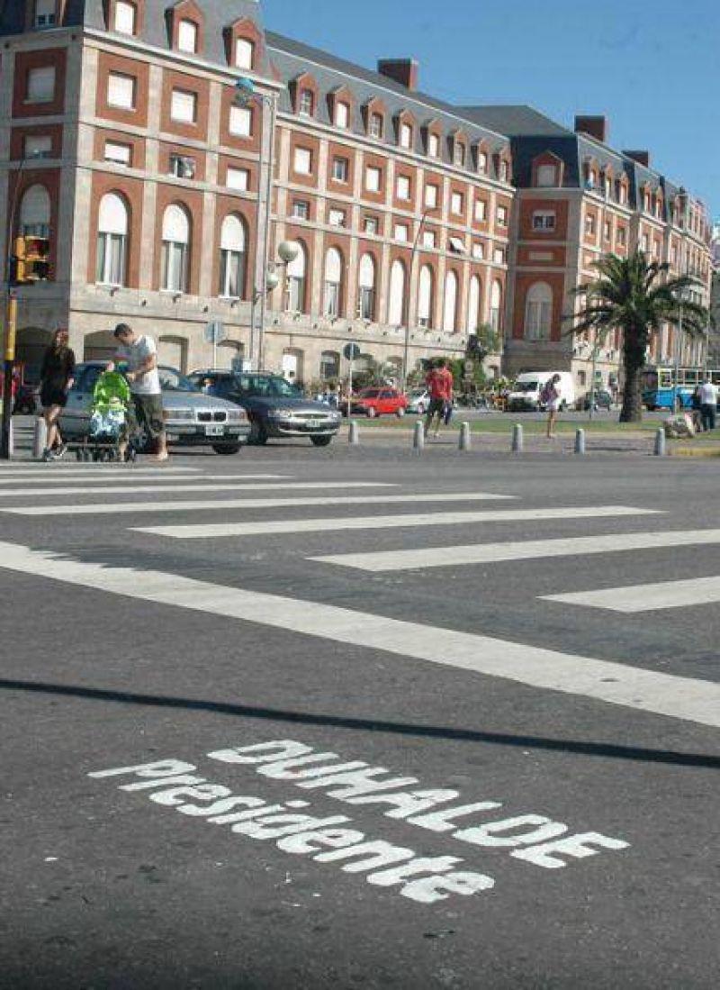 Pintan asfaltos de los accesos y la costa de Mar del Plata con Duhalde Presidente