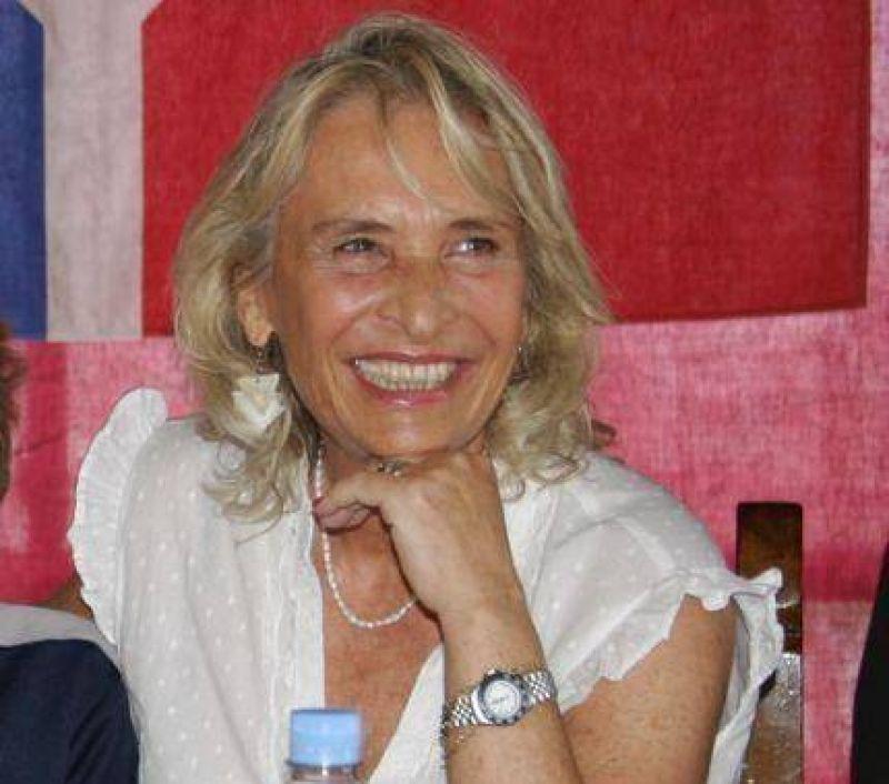 Scioli entrega el Decreto de cesi�n de tierras por 50 a�os al N�utico a su presidenta Susana Salerno