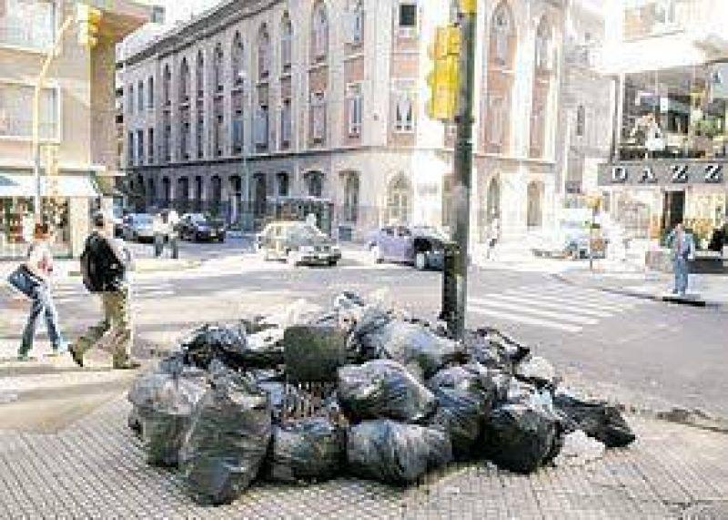 Multan a 100 empresas por día por sacar basura fuera de hora