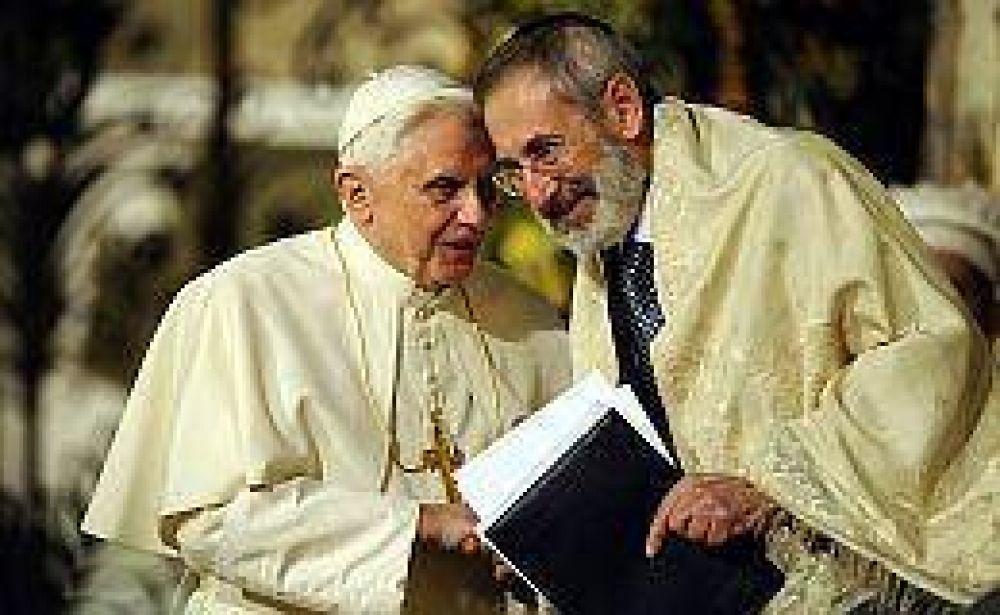 En medio de la polémica por la beatificación de Pío XII, el Papa visitó la sinagoga de Roma