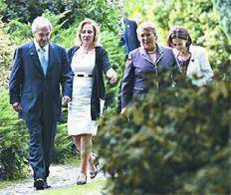 El gesto de Bachelet y las promesas de Piñera