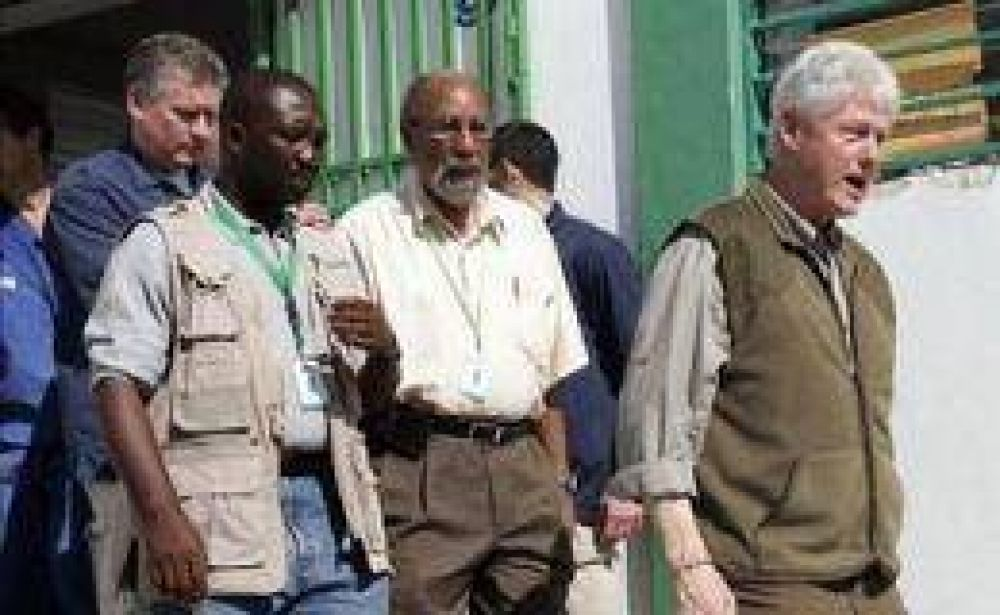 Clinton llegó a Haití para supervisar las tareas humanitarias, mientras crece la violencia y la desesperación