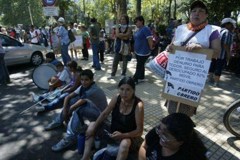 Más de 500 vecinos marcharon para reclamar trabajo genuino