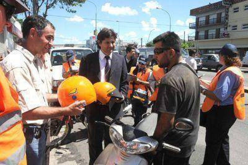 Entregaron 50 cascos a motociclistas que transitaban sin esa protección