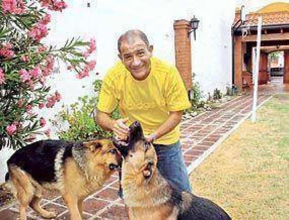 """Igual que Facundo Cabral, Cobos canta no soy de aquí ni soy de allá"""
