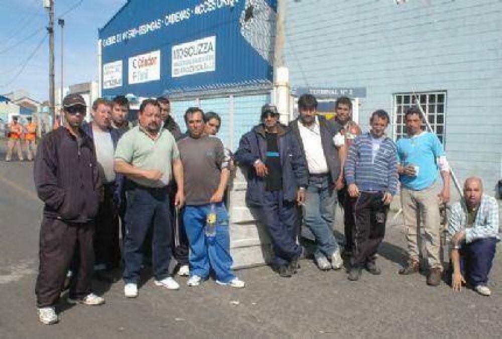 Trabajadores del SUPA bloquean la bajada de pescado fresco, congelado y containers en el Puerto de Mar del Plata