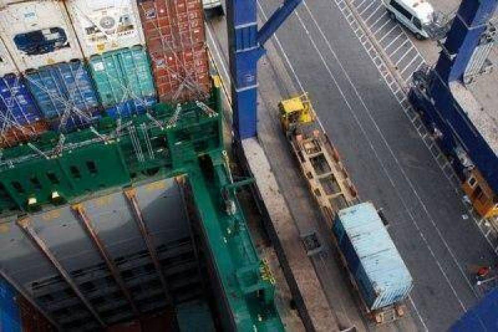 Estibadores mantienen un bloqueo en el Puerto y los empresarios lanzaron su descontento