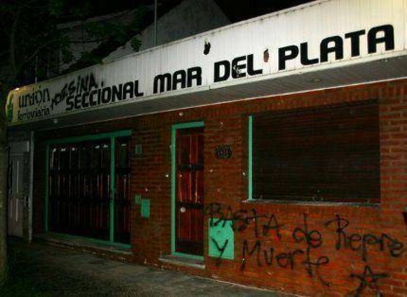 Unos cien manifestantes atacan y destrozan la sede de la Uni�n Ferroviaria en Mar del Plata