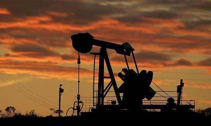 Baja el precio del petróleo y ya toca los 50 dólares