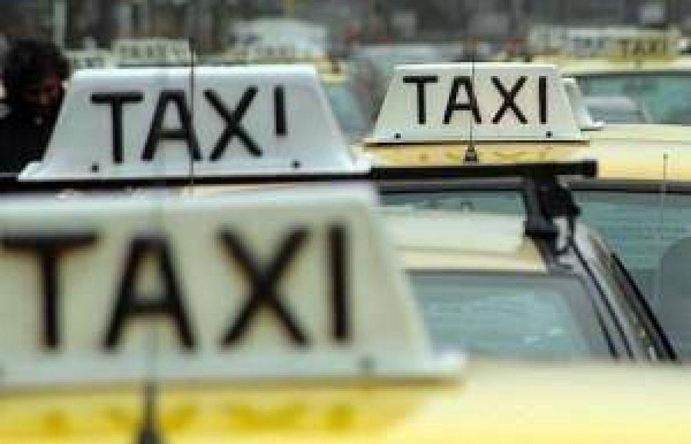 Taxistas piden bajada de bandera de cinco pesos y movilizan a la Municipalidad