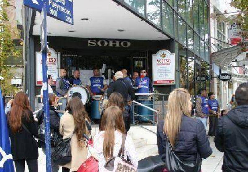 Ruidosa protesta ante la empresa Soho hizo que apareciera la plata para pagarle el salario a unos 50 trabajadores