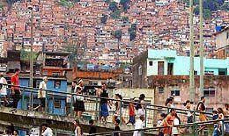 Construyen en Rio de Janeiro un muro para contener la expansi�n de una favela