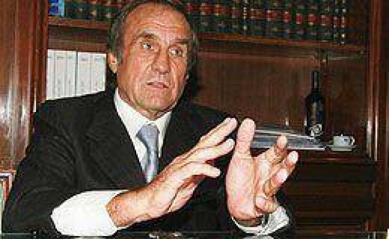 En el entorno de Reutemann aseguran que no definirá una posición frente a Kirchner