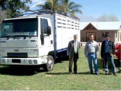 El gobierno entregó un camión a la comisión municipal de Santa Ana