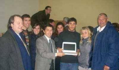 Se entregaron las primeras netbooks a estudiantes azuleños
