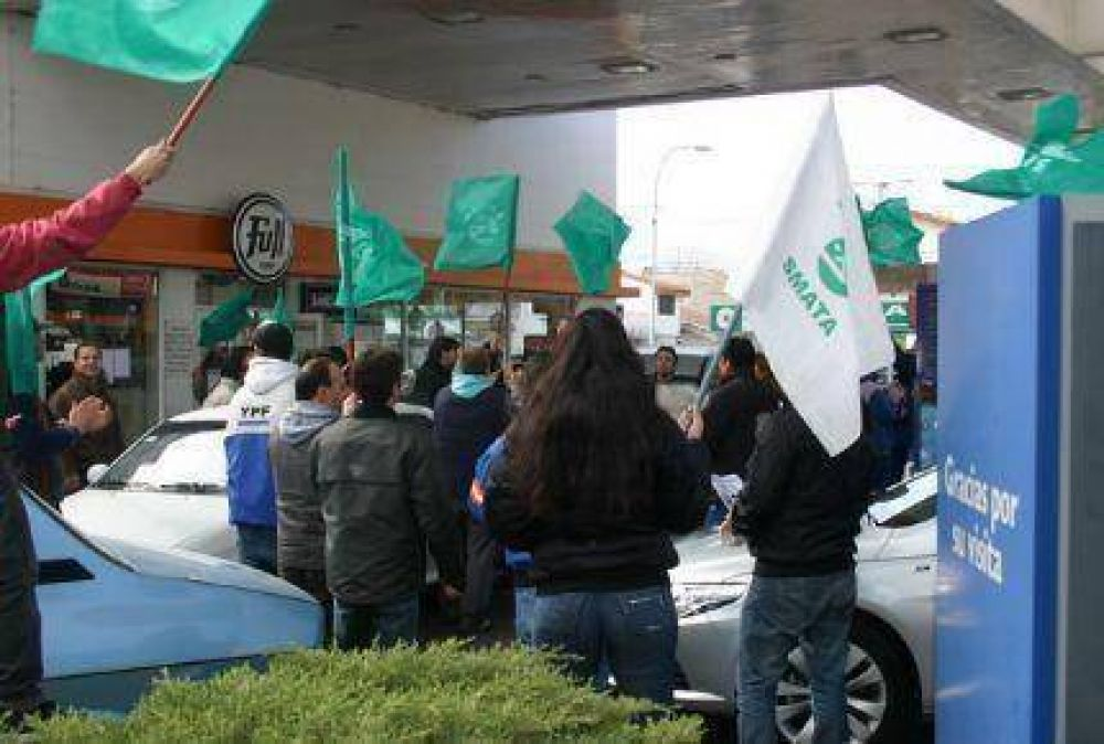 Trece estaciones de servicio pararán todo el viernes en reclamo de aumento salarial
