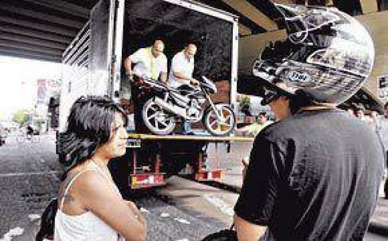 Con quejas de conductores, secuestran siete motos