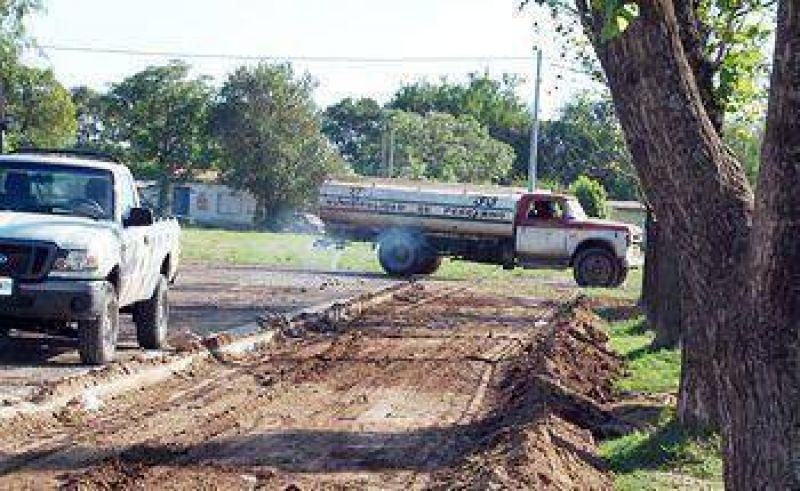 El Municipio avanza con el desmalezamiento y el riego en diversos barrios
