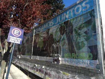 Bariloche sigue llena de afiches y pintadas de todos los partidos políticos