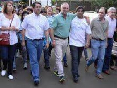 Pepe Guccione junto a Claudia Gauto caminaron en el barrio Yacyretá de Posadas