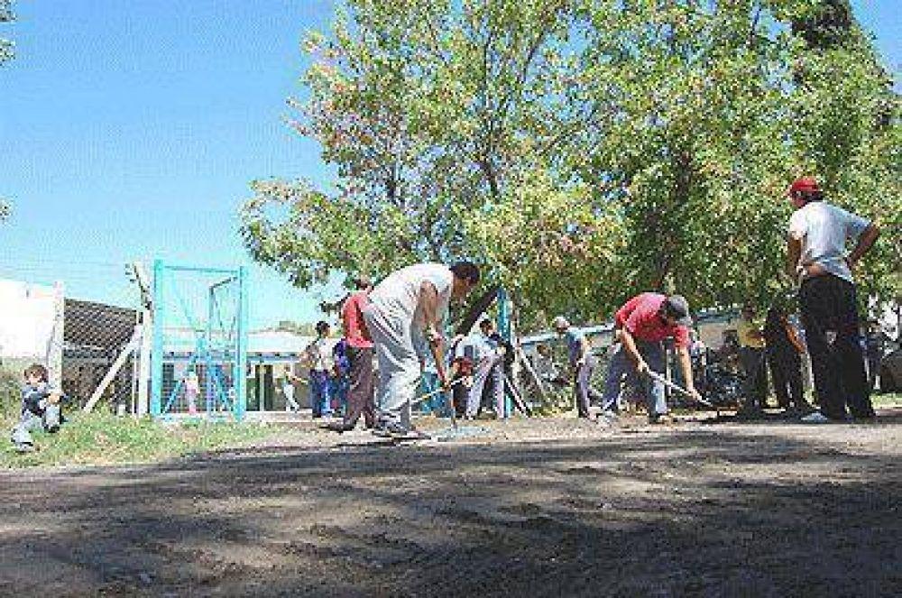 Avanzan los trabajos de asfalto en las localidades del distrito
