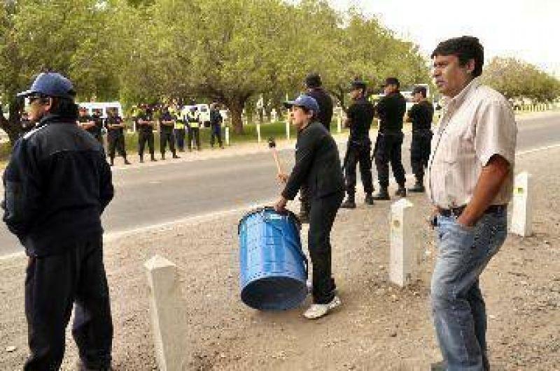 Uatre acord� sueldos en Chimpay y el corte no sigue