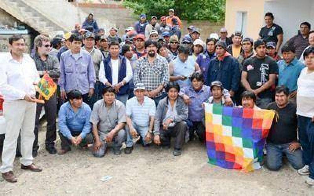 Obreros bolivianos entregaron un presente a director de Cooperativas