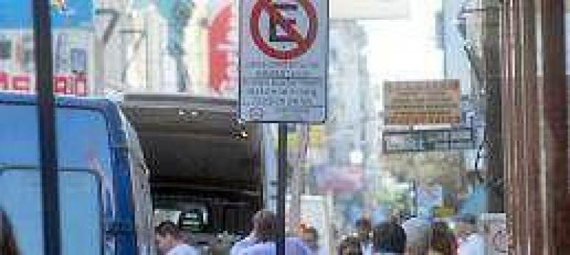 Sin multas, el microcentro está plagado de vehículos en infracción