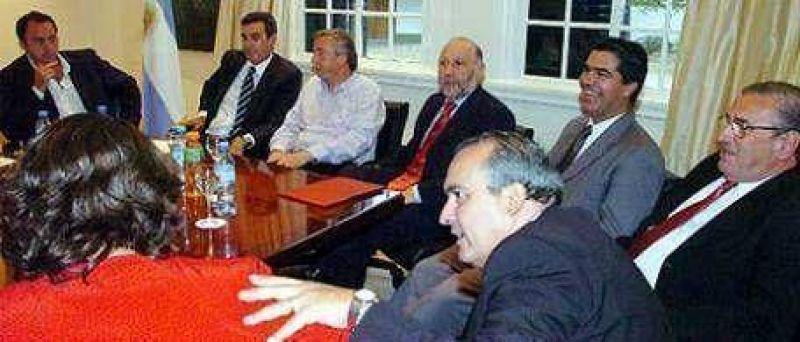 Luego de las fotos y aplausos con Cristina, los gobernadores siguen desfilando ante Kirchner en Olivos