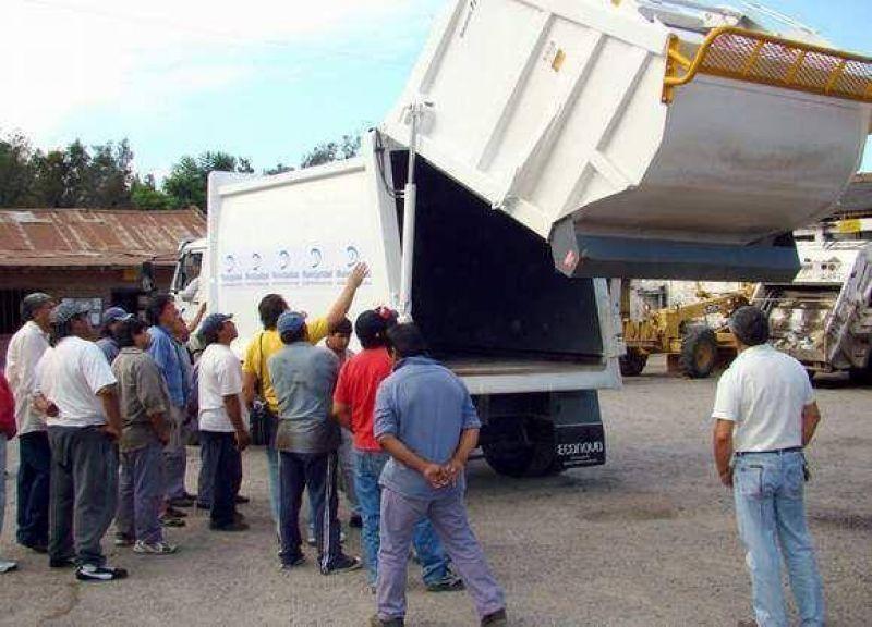 Trabajadores recibieron instrucciones para usar eficientemente el nuevo compactador de residuos