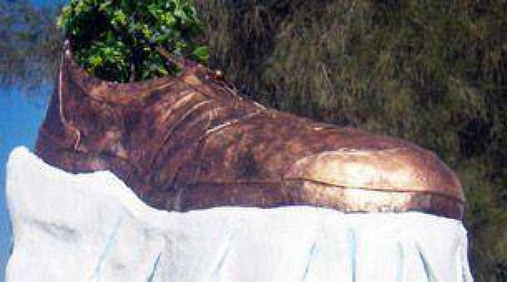 Realizaron un monumento en honor al periodista que lanzó sus zapatos a Bush
