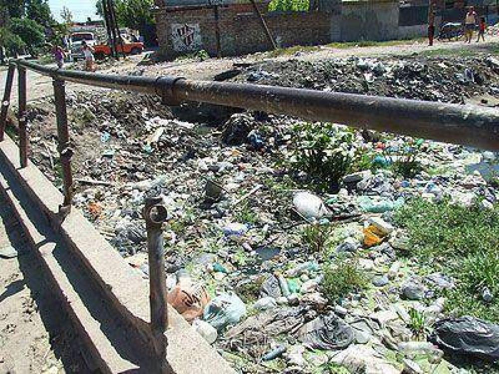Aseguran que limpiarán el arroyo Unamuno y colocarán un conducto.
