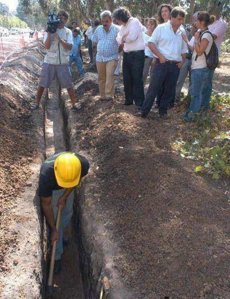 Comenz� el tendido de la red que llevar� agua potable a Las Dalias