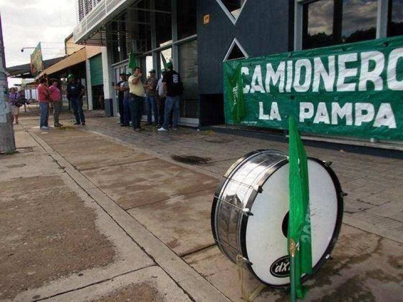 En protesta por despidos, camioneros bloquean ingreso a oficinas de Camuzzi