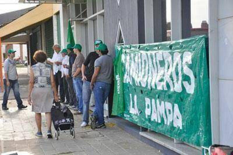 Por segundo d�a consecutivo, protesta mantiene cerrada oficina de Camuzzi