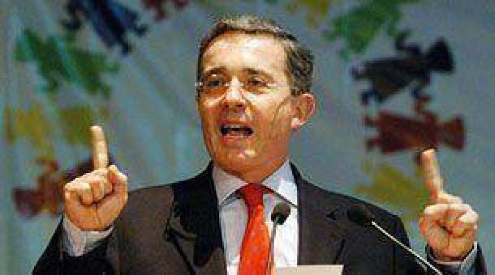 Uribe dice a las FARC que está listo para hablar de paz