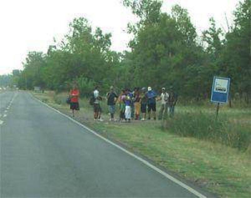 Sin refugios no es grato esperar el colectivo en los barrios de Varela.