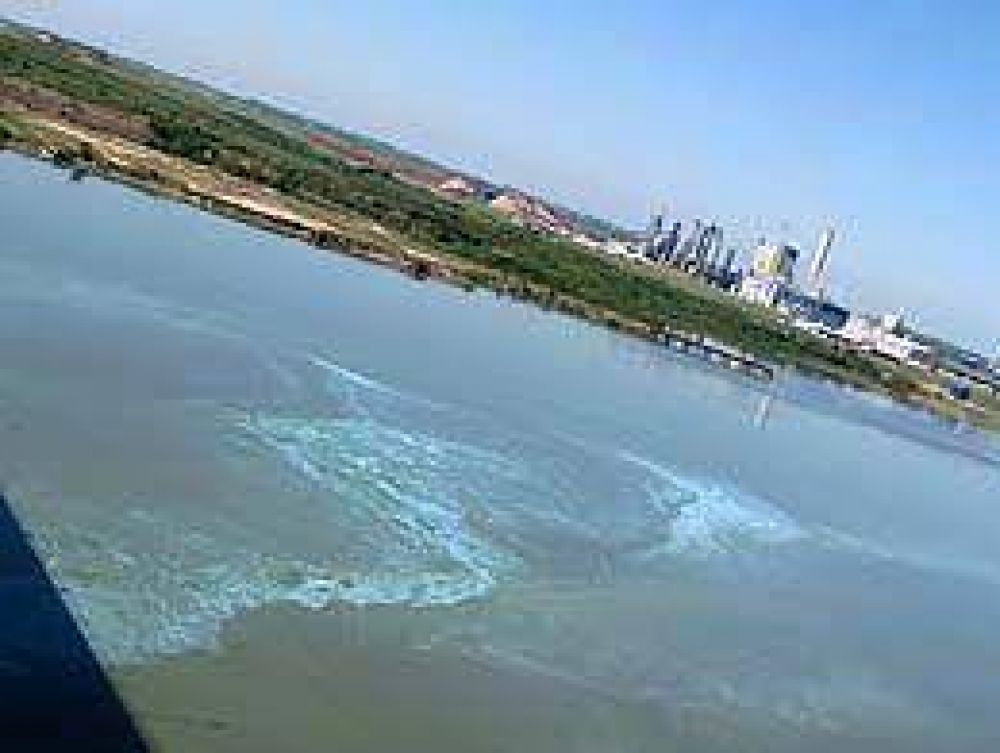 Nuevo cruce entre Argentina y Uruguay por una mancha que apareció sobre río frente a Botnia