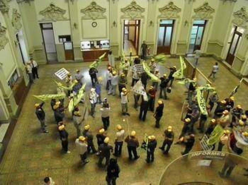 Manifestación de la UOCRA en el Palacio Municipal por el despido de trabajadores del Plan Federal
