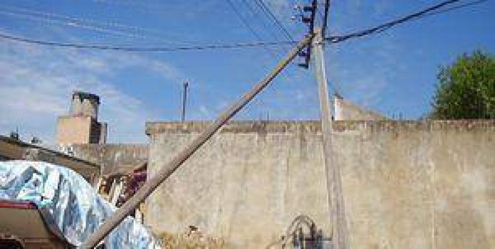 Preocupación en avenida República por la caída de un poste de luz.