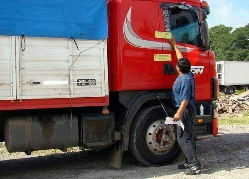 Secuestran transporte de carga de una cadena multinacional por no cumplir ordenanzas