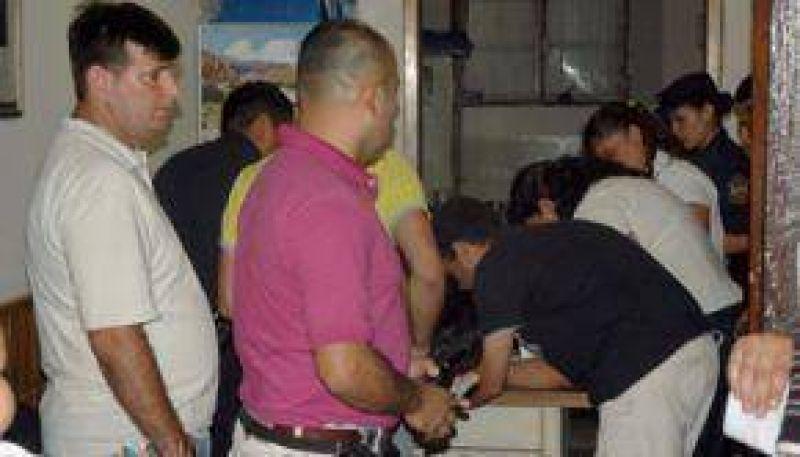 Nueve polic�as entregaron sus armas y credenciales y se reinici� el di�logo