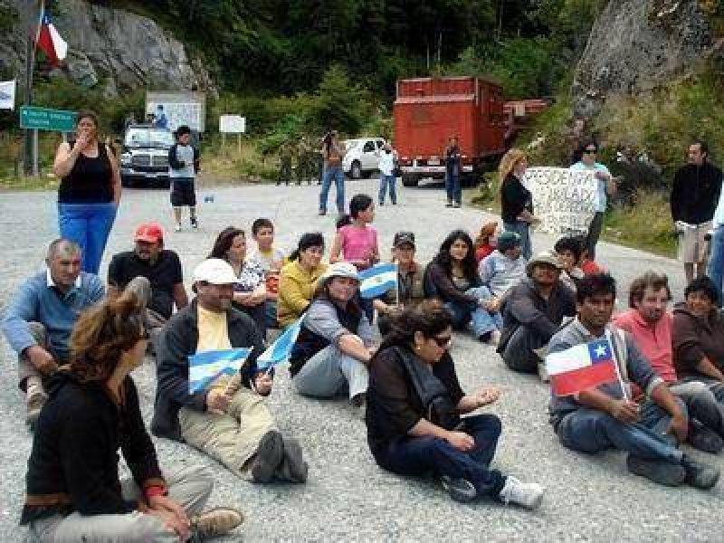 Singular protesta de pobladores del Chaitén por la falta de respuestas.