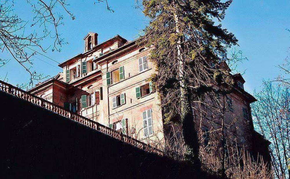 La familia de Carla Bruni vende su palacio italiano por 9 millones de euros.