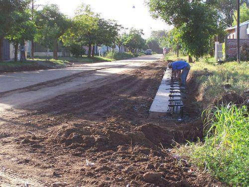 Obras de cordón cuneta en distintos barrios.
