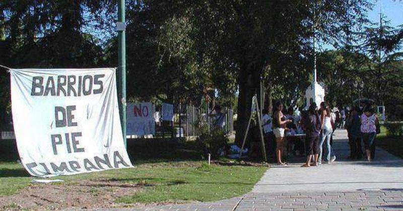 Numerosas firmas se juntaron en la convocatoria de Barrios de Pie y Libres del Sur en la plaza Eduardo Costa.