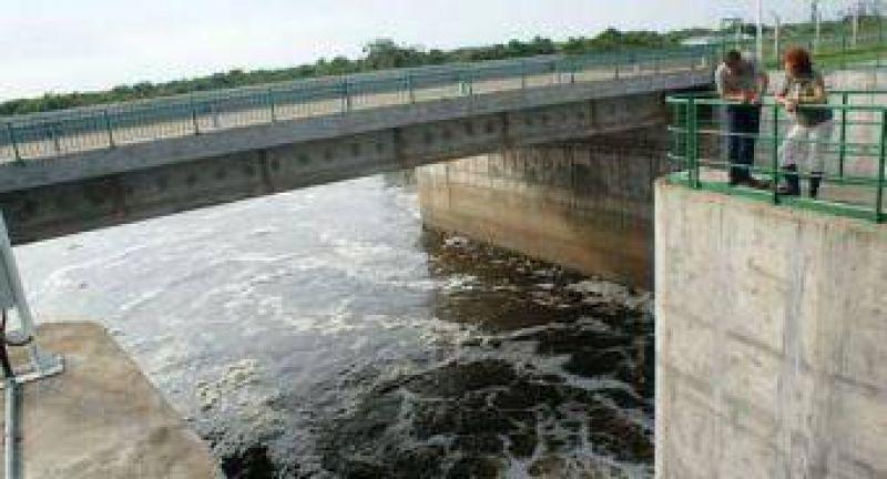 Levantan compuertas del dique del río Negro.