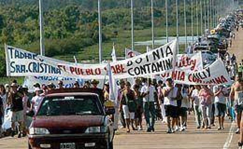 Manifestación en Gualeguaychú por la aparición de la mancha sobre el río Uruguay